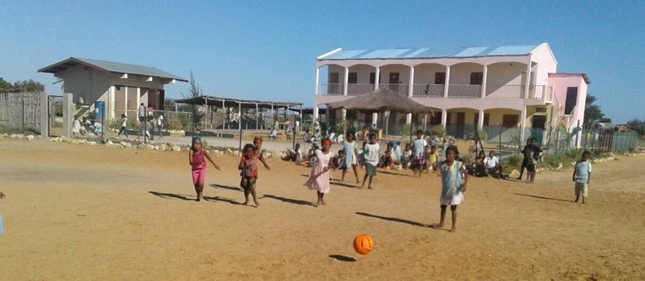 Jouer devant l'école Fanilo d'Andranomena