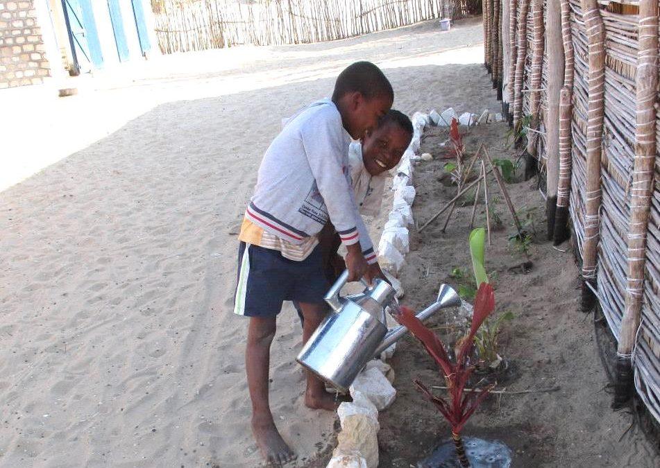Enfants arrosant les plantes à St-Augustin