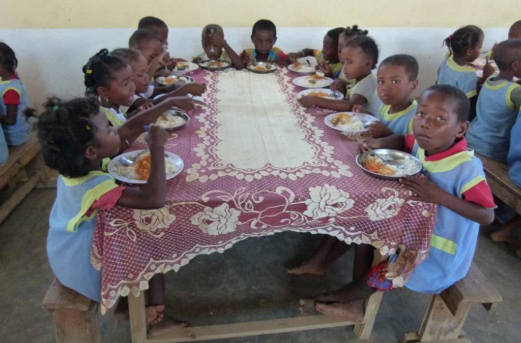 Vidéo : Donner à manger et vêtir